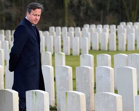Britannian pääministeri David Cameron vieraili ensimmäisessä maailmansodassa kuolleen irlantilaisen kansanedustajan haudalla Belgian Heuvellandissa torstaina.