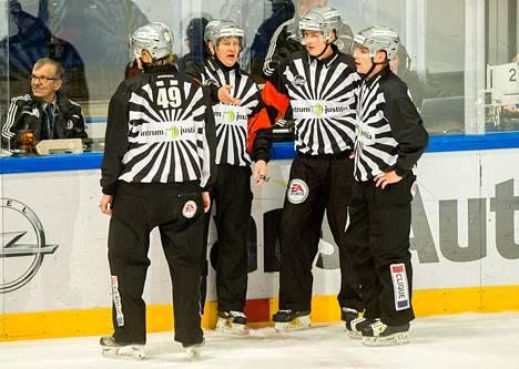 Teemu Palmumäki (vas.), Jari Levonen, Jani Luoma-Aho ja Tuomas Riiho tuomitsivat Blues–Tappara-ottelussa Espoossa joulukuun alussa.