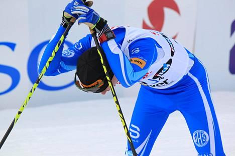 Matti Heikkinen nojasi maalissa pitkään sauvoihinsa ja yökkäili.