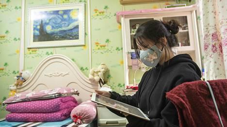 Huonekaverinllani Sammiella oli flunssa ja siksi maski naamalla. Hän kertoi olevansa huolissaan Wuhanin viruksesta.