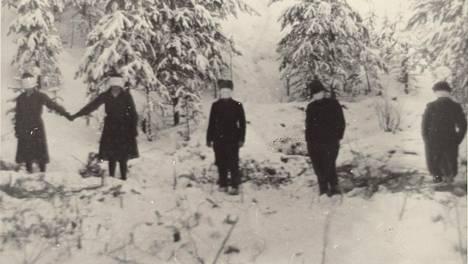Museoviraston kokoelmiin kuuluu kuvasarja ilmeisesti desanttien kuolemantuomion täytäntöönpanosta jatkosodan aikana. Kuvien omistaja oli Järvenpään sosiaalisairaalan huoltomies Tapio Piha, jonka mukaan kuvat olivat jääneet sairaalaan ehkä henkilökuntaan kuuluneelta henkilöltä.