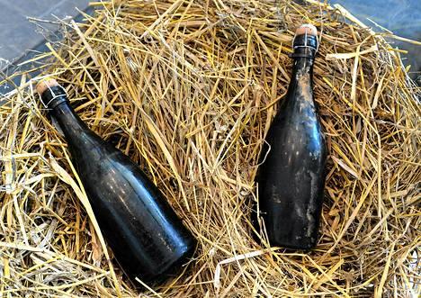 Maarianhaminassa oli esillä laivanhylystä nostettuja pulloja ennen niiden huutokauppaa viime vuoden kesäkuussa.