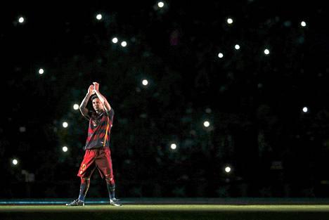 Lionel Messi tervehti yleisöä FC Barcelonen Camp nou -kotiareenalla elokuun alussa.