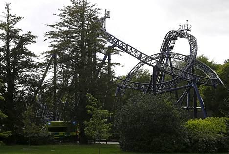 Neljä nuorta loukkaantui vakavasti Smiler-vuoristoradan vaunujen törmättyä toisiinsa Britannian Alton Towers -huvipuistossa tiistaina.
