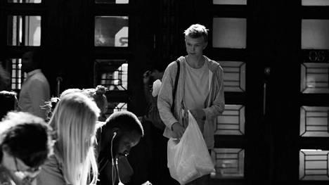 Klaus Härön ohjaamassa ja Markku Rönkön käsikirjoittamassa lyhytelokuvassa Pullopoika lukiolainen kerää pulloja saadaksen ostettua lukion oppikirjat.