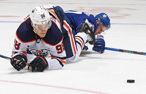 Jesse Puljujärvi ja Leo Komarov kohtasivat viime yönä.