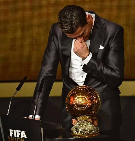 Cristiano Ronaldo kyynelehti Fifan Kultainen pallo -gaalassa.