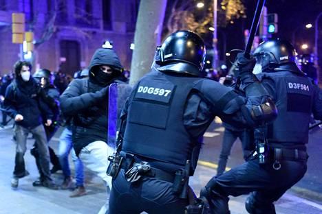 Mielenosoittajat ja Katalonian poliisi Mossos d'Esquadra ottivat yhteen Barcelonassa viime viikon lauantaina.