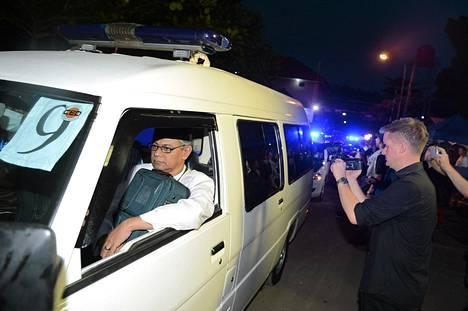 Teloitettujen ruumiit kuljetettiin ambulanssilla Nusakambangan vankilasta.