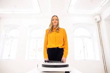 Kuvataiteilija Jonna Kinalla teki Contemporary Helsinkiin näyttelyn haudanryöstöstä.