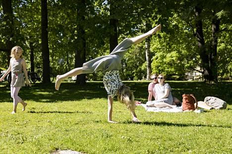 Pihla (vas.) ja Louna Lehtinen jäivät lauantaina kesälomalle Haagan peruskoulusta.