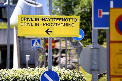 Koronaviruksen drive in -näytteenottopaikan kyltti Helsingissä. Kaikilla mökkipaikkakunnilla ei ole omaa koronatestauspaikkaa, vaan testaus voi olla keskitetty lähimpään kaupunkiin.