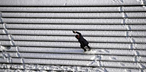Yksinäinen ulkoilija leikitteli lumisilla rappusilla Berliinin Tiergartenissa maanantaina.