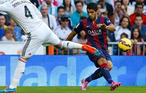 FC Barcelonassa pelaava Luis Suárez potkaisi pallon ohi Real Madridin Sergio Ramosin, kun joukkueet pelasivat toisiaan vastaan lokakuussa Santiago Bernabeun stadionilla.