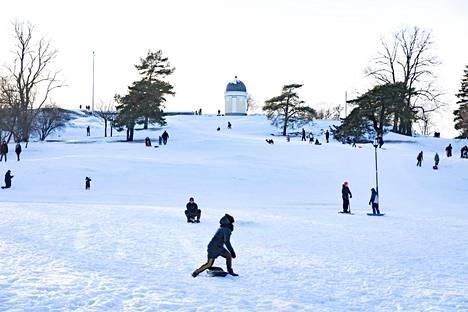 Ulkoilua Kaivopuistossa talvisessa säässä lauantaina.