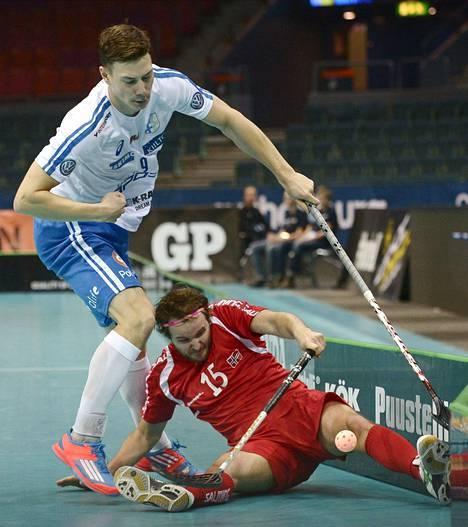 Norjan Thomas Ragnlien on vaipunut kamppailussa Suomen Eemeli Salinin jalkoihin.