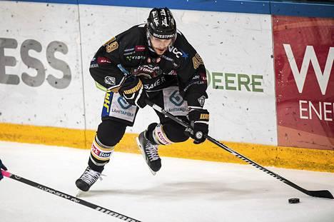Oulun Kärppien Ben Maxwell finaaliottelussa Tapparaa vastaan keväällä 2014.