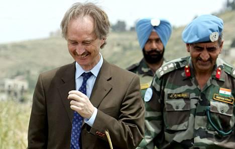 YK:n uusi Syyria-erityisedustaja Geir Pedersen käveli pellolla YK:n rauhanturvaajien kanssa lähellä Tebninin kylää Etelä-Libanonissa YK:n Libanon-koordinaattorin ominaisuudessa toukokuussa 2007.