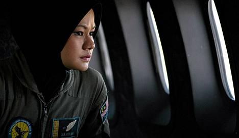 Miehistön jäsen tarkkailee ulos Malesian ilmavoimien koneesta Malakan salmen yläpuolella lauantaina.