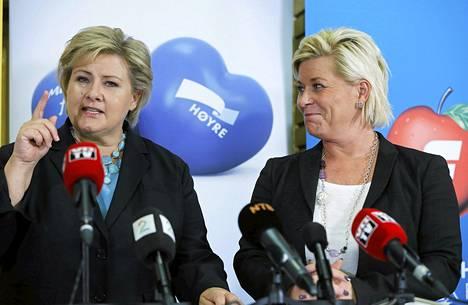 Norjan konservatiivipuolueen johtaja ja uusi pääministeri Erna Solberg (vas.) ja oikeistopopulistisen edistyspuolueen johtaja Siv Jensen puhuivat tiedotustilaisuudessa maanantaina.