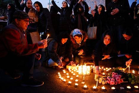 Teheranilaiset sytyttivät kynttilöitä lentoturmassa kuolleiden muistolle.