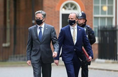 Yhdysvaltain ulkoministeri Antony Blinken (vas.) ja Britannian ulkoministeri Dominic Raab kuvattuna Lontoossa Downing Streetillä maanantaina.