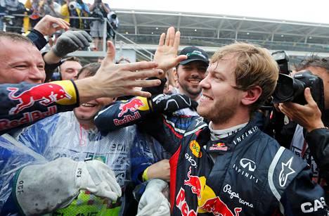 Sebastian Vettel joutui ahtaalle ensin radalla ja sitten ihailijoidensa joukossa.