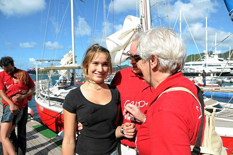 16-vuotias Laura Dekker tervehti isovanhempiaan päätettyään yksinpurjehduksensa Sint Maarten satamaan Karibialle lauantaina.