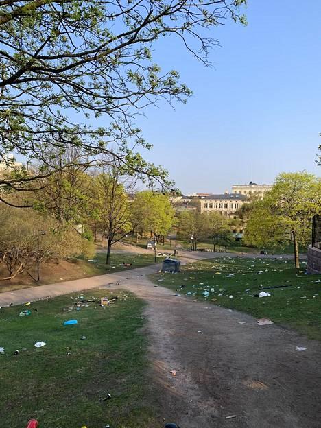 Sinebrychoffin puistossa oli torstaiaamuna melkoinen sotku illan ja yön jäljiltä.