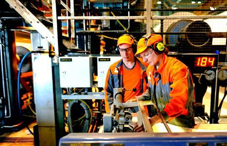 Prosessisähköasentaja Petri Hirvonen (vas.) ja prosessinhoitaja Petri Marin ottivat paperin laatunäytettä Stora Enson Anjalan paperitehtaalla kesäkuussa Kouvolassa.