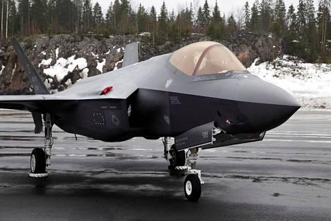 F-35 Lightning II Pirkkalassa, Satakunnan lennoston tukikohdassa mediatilaisuudessa maanantaina.