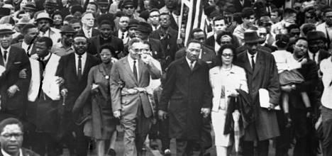 Tri Martin Luther King (kesk.) johtaa kansalaisoikeusmarssia sen viimeisellä osuudella Selmasta Montgomeryyn, jonne kymmentuhantinen mielenosoittajajoukko saapui torstaina. Kingin oikealla puolella on hänen vaimonsa sekä vasemmalla tri Ralph Bunche.