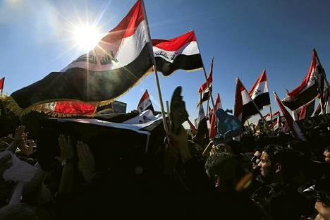 Sunnimuslimit osoittivat mieltään hallitusta vastaan Fallujahissa Irakissa perjantaina.