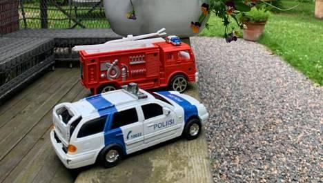 Nyt Hanne Salosen pihassa on vain leikkikalukoossa olevat palo- ja poliisiautot, mutta viime kuukausina hän on tarvinnut kahdesti oikeiden viranomaisten läsnäoloa.