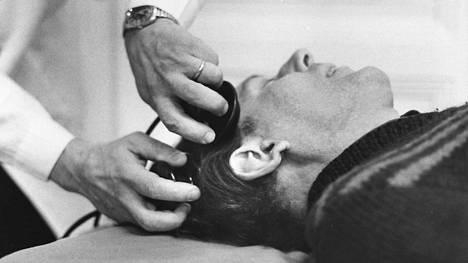 Sähkösokkihoidoista tuli yleinen hoitotoimenpide 1940-luvulla. Hoitoa käytetään edelleen esimerkiksi vakavasti masentuneilla potilailla.