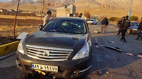 Iranin valtiollisen television julkaisemassa valokuvassa näkyy vaurioitunut auto, joka kuljetti iranilaista ydintutkijaa Mohsen Fakhrizadehia, kun hän joutui hyökkäyksen kohteeksi perjantaina.