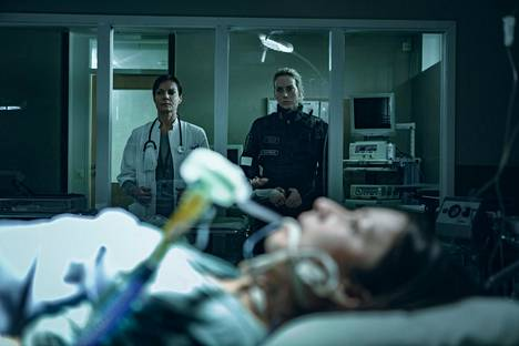 Lääkäri Satu Kelaa (Lena Meriläinen, vas.) ja poliisi Nina Kautsaloa (Iina Kuustonen) huolestuttaa salaperäinen vaarallinen virus. Siihen on jo sairastunut Irina (Anna Ackerman).