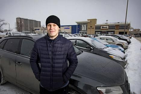 Viime helmikuussa Patrik Laine poseerasi autonsa edessä winnipegiläisen kauppakeskuksen edustalla.