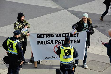 """Shortly before 1 p.m., Sergel Square did not show protesters against coronary restrictions, but there were two demonstrators demanding the waiver of coronary vaccine patents.  """"The vaccine needs to be made available to everyone,"""" Christian Tengblad said."""