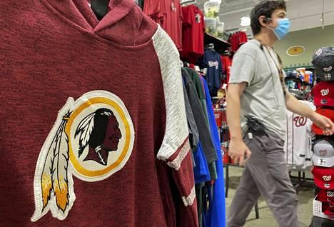 Washington Redskinsin vaatteita myynnissä urheilukaupassa Virginiassa.