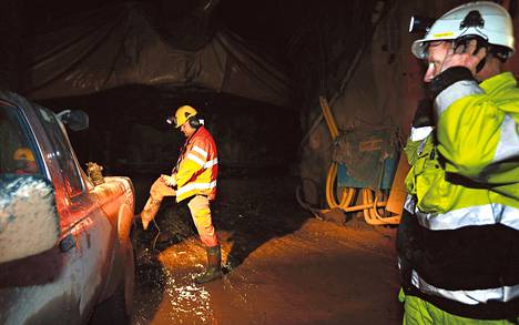 Apuvuorotyönjohtaja Peter Filip (oik.) suojaa korviaan, kun panostaja Marcel Klubert tarttuu keltaisen kaukosäätimen näköiseen laukaisimeen länsimetron tunnelissa. Kohta pamahtaa. Autojen ikkunoita raotetaan paineaallon varalta.