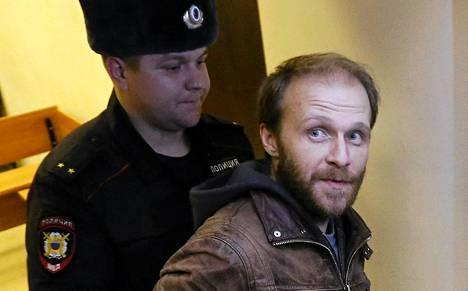 Denis Sinjakov oikeudessa vähän ennen vapautumistaan takuita vastaan.