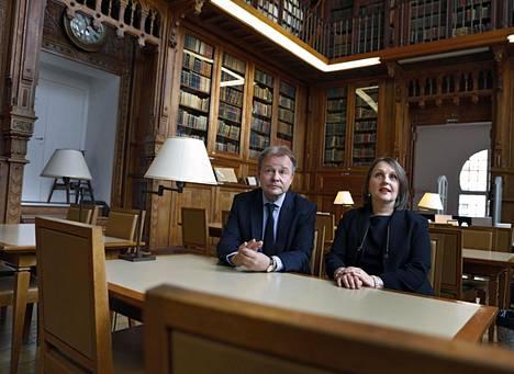 """Pariisissa asuvat Kimmo Närhinen ja Kirsi Vanamo-Santacruz muistelevat vanhaa oppilaitostaan """"ENA:n sydämessä"""" eli kirjastossa Pariisin-kampuksella."""