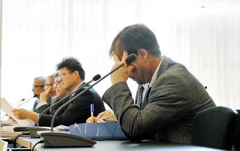 Kuluttajariitalautakunnan puheenjohtaja Pauli Ståhlberg (oik.) ja asianajaja Jarkko Jaatela oikeudessa lahjusten ottamisesta Helsingin käräjäoikeudessa 28. kesäkuuta 2012.