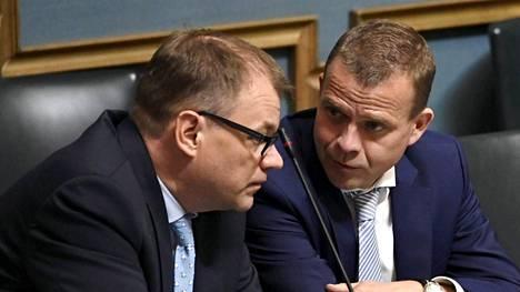 Pääministeri Juha Sipilä (vas.) ja valtiovarainministeri Petteri Orpo kuuntelivat ulkoministeri Timo Soinin puhetta eduskunnan täysistunnossa kesäkuussa.
