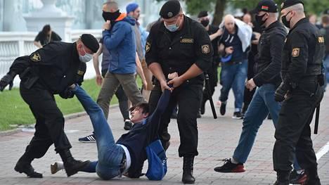 Valko-Venäjän turvallisuusjoukkojen jäsenet ottivat mielenosoittajia kiinni Minskissä tiistai-iltana, kun ihmiset kerääntyivät kaduilla protestoimaan vaalilautakunnan päätöstä evätä suosituilta ehdokkailta luvan edetä presidentinvaaleihin.