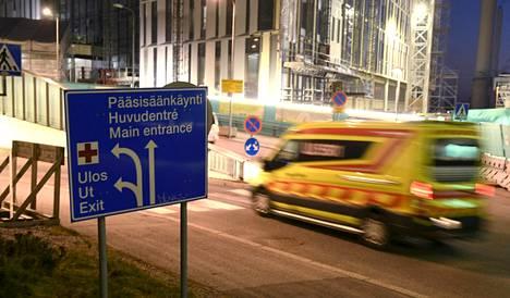 Koronavirusepidemia aiheuttaa valtioneuvoston muistion mukaan ennennäkemättömän kuormituksen erikoissairaanhoitoon, erityisesti raskaaseen tehohoitoon. Kuva Meilahden sairaala-alueelta Helsingistä.