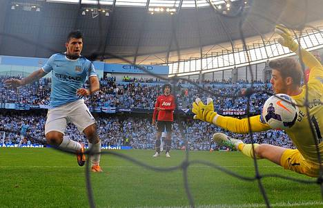 Manchester Cityn Sergio Agüero tekee Cityn kolmannen maalin Manchester United -vahti David de Gean ohi.