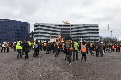 Paun aktiivit järjestävät mielenosoituksen Postin työehtojen heikentämisiä vastaan Postin pääkonttorin edessä Helsingissä tiistaina.