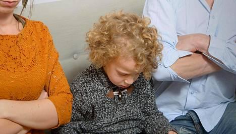 Lasta pitää kasvattaa ymmärtävästi, vaikka hän välillä kiukuttelisi.